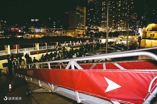侨报:庆祝中国国庆65周年留学生团体举办游轮晚会